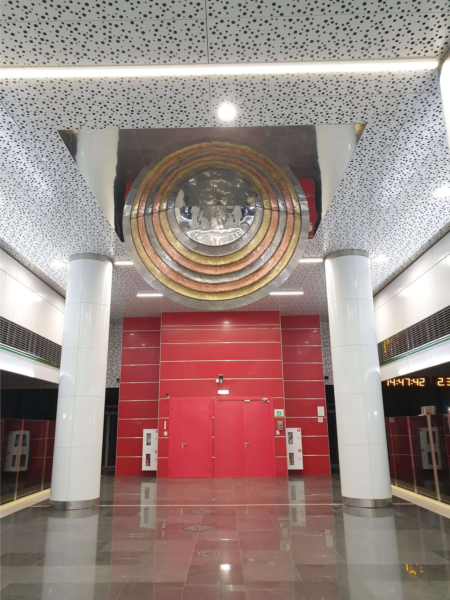 Необычное Солнце на станции метро «Юбилейная площадь» и Aurora